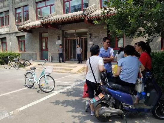 北京大学自主招生测试考场外等候的家长。图片来源北京日报客户端