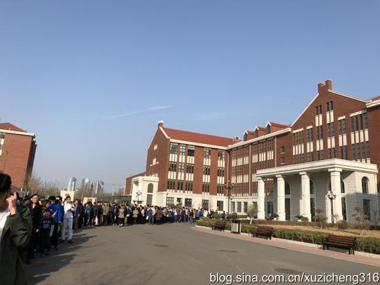人朝分复试,人山人海,队伍从教学楼排到了校门口