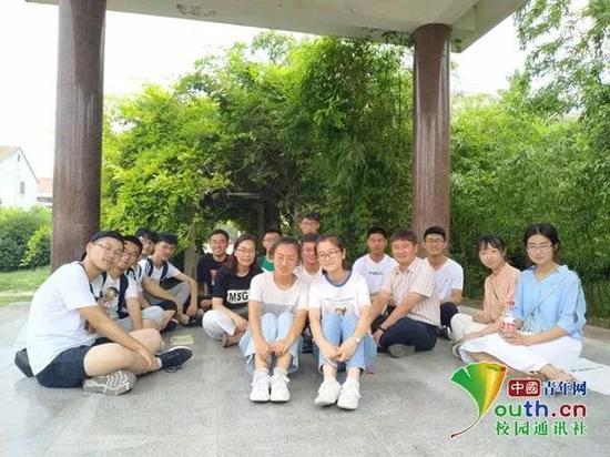 圖為13班部分學生和老師在校園內的合影。中國青年網通訊員 閆春旭 提供