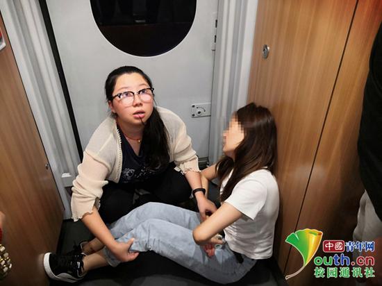戴奕爽在列车上急救女乘客。受访者供图