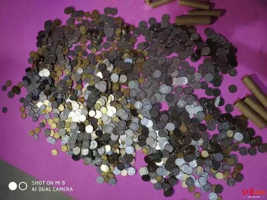 ▲女教师离职收到大量硬币