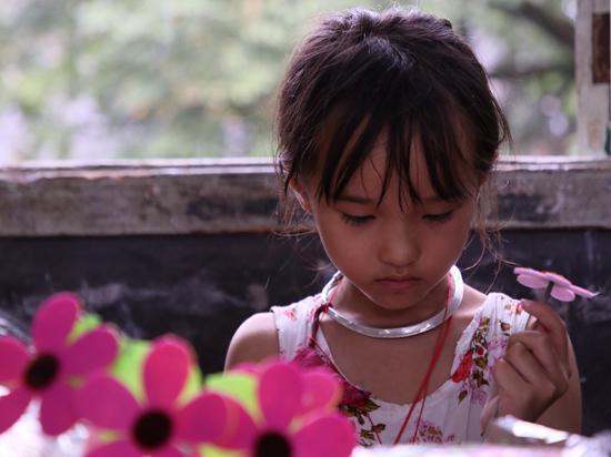 黔东南苗族自治州岜扒小学,中国美术学院支教团的手工课程上。何纤逸/摄