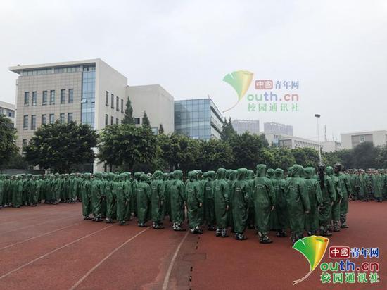 图为同学们穿着雨衣军训。中国青年网通讯员 张珑潆 摄