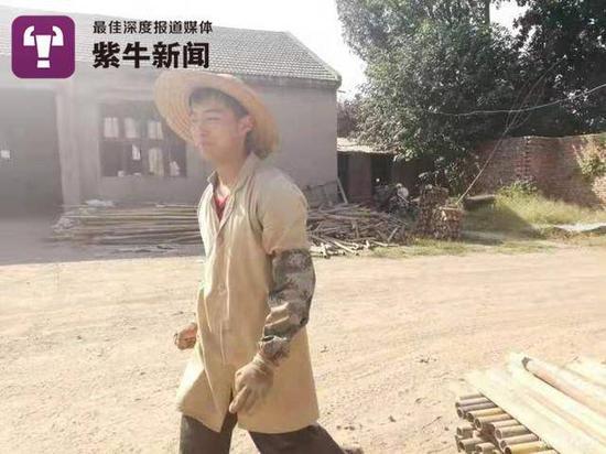 弟弟李国安在脚手架厂辛苦地工作