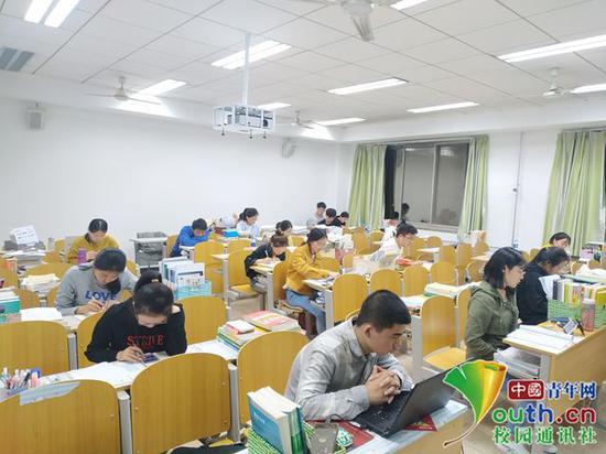 晚上10点钟到了关灯的时间,考研教室内仍有很多同学不愿离开。中国青年网通讯员 闫春旭 摄