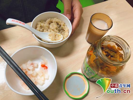 """在煮米过程中,刘淏林没有正确估计掺水量,最终将稀饭煮成了""""干稀饭""""。本人供图"""