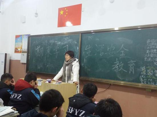 戴晓冬在给学生上课(资料照片)。新华社发