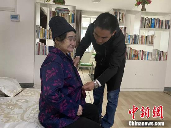 刘秀祥照顾母亲 李婧 摄