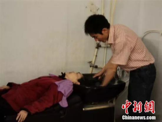 刘秀祥为母亲洗头 受访者供图