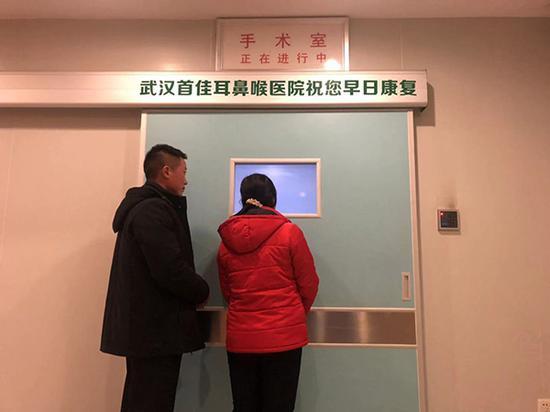 21日下午医生在给田森做手术,他的父母在手术室外等待。 澎湃新闻实习记者 高亮 图