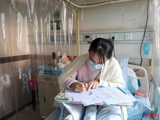 《【无极2娱乐登陆注册】高三女生患罕见病病床上备战高考续:想如期高考》