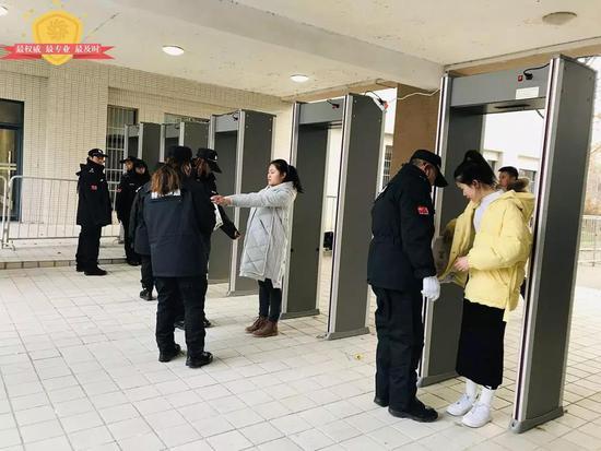进入考场的考生接受违禁物品检查