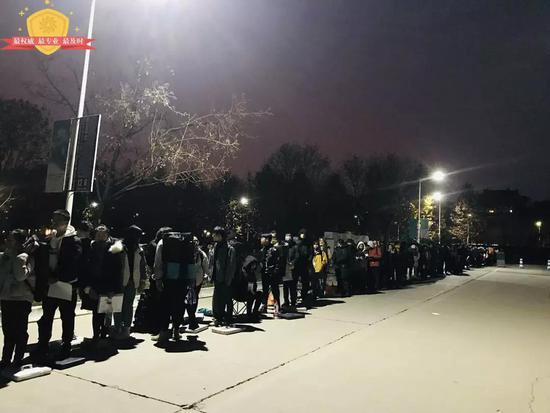 天色未亮,考生们已经开始排队等待