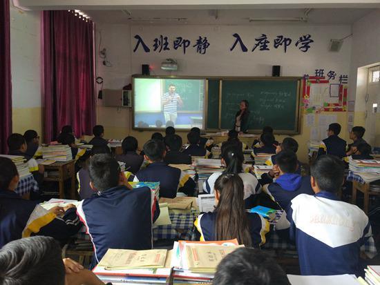 青海一所学校正在上直播课