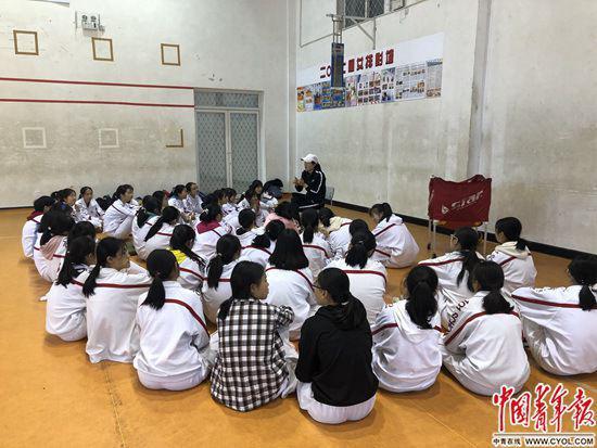 """多与同学沟通,实现社交性""""互助"""",可以缓解焦虑。刘昶荣/摄"""