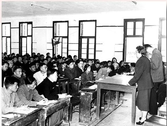 列宁格勒师范学院院长娥·芙·杰普莉茨卡娅在华东师范大学授课