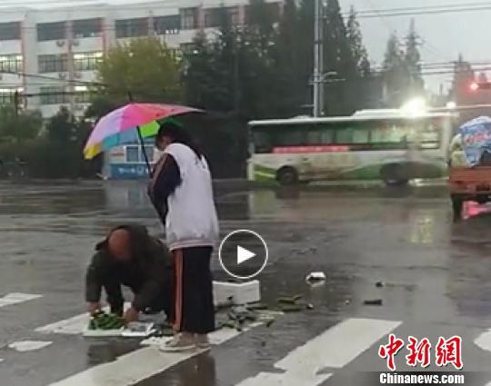 高中女生街頭雨中為老人撐傘被點贊:姑娘,你真美