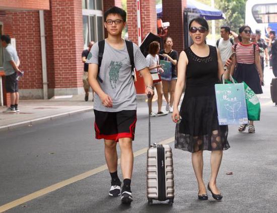 9月2日,复旦大学迎来2018级本科新生。董俊 图