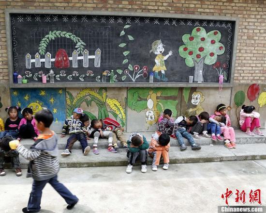 资料图:青海省一学校学生靠墙午睡。赵凛松 摄