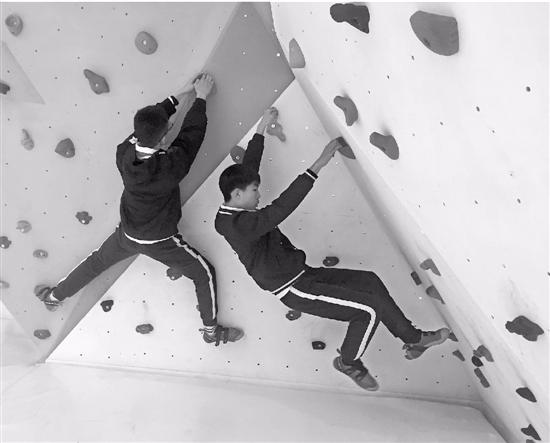 男生们努力攀爬。