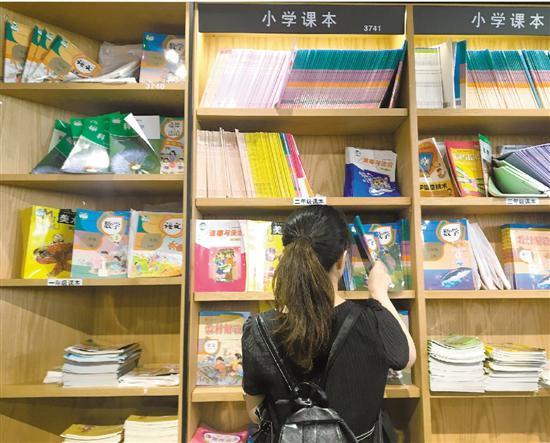 杭州庆春路购书中心,教材书架上很多书都缺货。