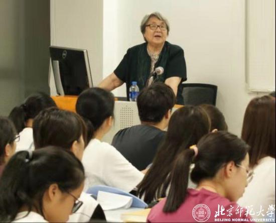王宁教授为未来申博假网官方_申博包杀网学院本科新生讲授通识课程《说文学入门》