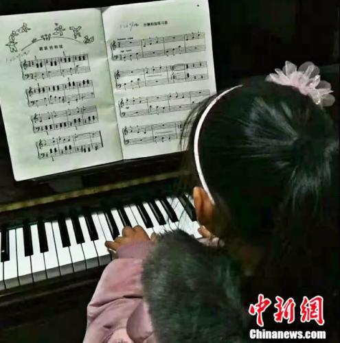 童童正在家里练琴 受访者供图