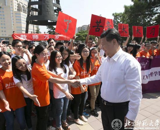 习近平总书记与热情的学生们亲切握手