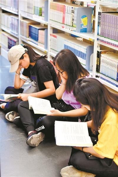 廣州人的別樣國慶假期:每天三萬人選擇到圖書館看書