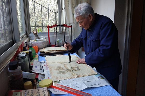 闲来无事,潘鼎坤在家用水练字,这样可以循环使用纸张。 澎湃新闻记者 章文立 图