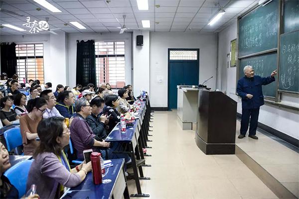 古诗词讲座上,潘鼎坤给学生们讲平仄。 采访对象供图