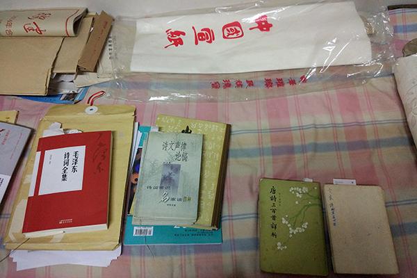 家里的床上摆满诗词相关的书籍。澎湃新闻记者 章文立 图