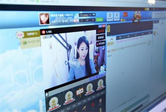 图为女主播在网上与粉丝互动。武汉市场目前拥有40名主播的专业公司大概有两三家,20多名主播的三四家,更多的主播是自己在家上线直播,比例占整个市场七成左右。武汉大大小小专职兼职的网络主播人数在千人左右。