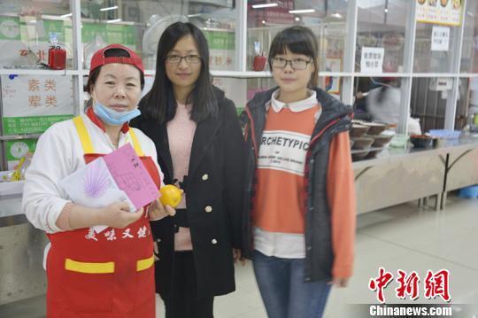 感恩节当天,江西理工大学的两名学子给食堂大妈送感恩节礼物。 汪东芳 摄