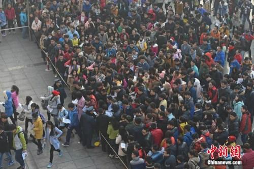 """11月29日,在山西太原一处国家公务员考试考点,考生们陆续进入考场。当日,有""""国考""""之称的中国国家公务员招录公共科目笔试开考。"""