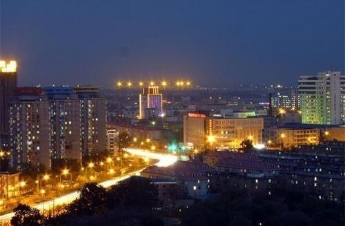 """唐山。""""北方深圳助飞跃,环渤中心展新颜。唐山市具备工业化和城市化的地理优势,雄厚的工业基础和丰富的焦煤产业,为唐山实现区域工业化、城市化的跨越式发展打下坚实的基础平台。"""