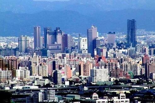 台中。把握产业转移机遇,营造优质文化新都。地理区域位置居中,台湾本土出现产业空洞化现象,产业转型出现端倪。 优美和谐的生态环境和璀璨夺目的多样性文化,为台中高科技和文化产业的发展积累了人力资本。
