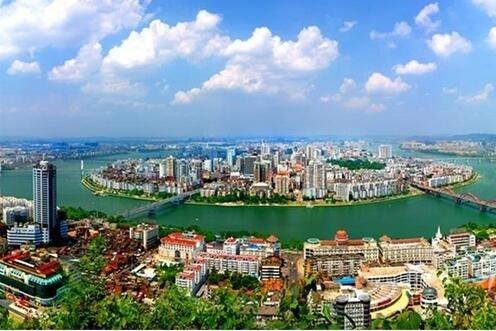 柳州。天然盆景市,宜居工业城。柳州人文、自然环境独特,发展现代服务业空间巨大。 工业发展基因优良,产业发展集聚凸显。良好的政府机制,保障了多元化的发展。