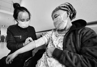 高三女孩陪母求医放弃备考:妈妈的命比前途重要
