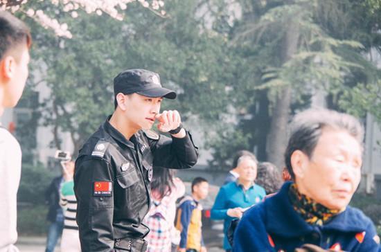 武大樱花节走红保安