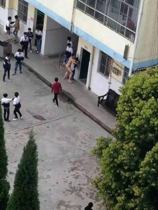 """""""广西钦州灵山县太平镇太平中学,一位男老师在中午放学时,裸体扑向一位女学生,意要发生强奸。最后被其他老师阻止"""" 。"""