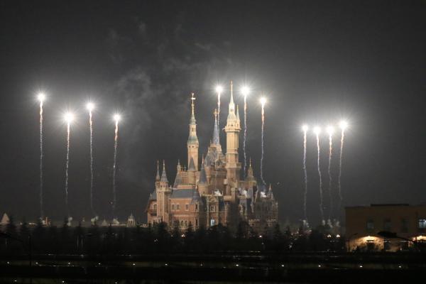 上海迪士尼乐园3月28日晚试放烟花。