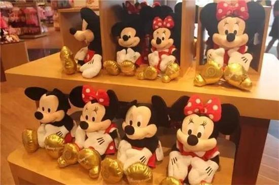 以最具有代表性的迪士尼米奇公仔为例,中号的售价约为240元/个,小号约为136元/个;
