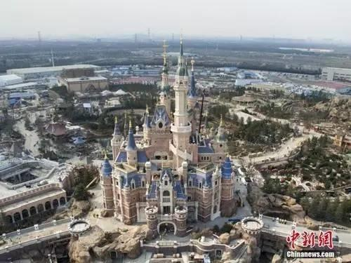 乐园门票可以游览园区内除所有主题游乐区,包括迪士尼小镇、星愿公园、宝藏湾、梦幻世界、米奇大街、明日世界、奇想花园和探险岛,但观看百老汇表演《狮子王》需要另行购票。