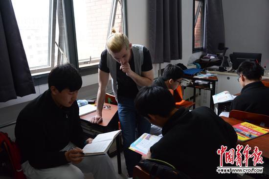 北京电子科技职业学院基础学院一年级的学生在法语课上分组对话,外教和中教在旁指导。中国青年报·中青在线记者 李晨赫/摄
