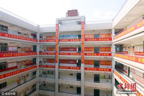 2016年3月26日,湖北省襄阳市,一所高级中学冲刺高考的正能量励志横幅挂满校园。图片来源:视觉中国