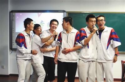 2015年6月5日,宏志中学在高考前为考生减压,让高三考生上台表演节目。资料图片/新京报记者 薛珺 摄