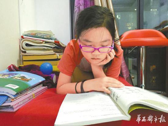 四川8岁半女孩:认字