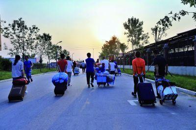 高考结束 河北省多地家长来衡水一中接孩子