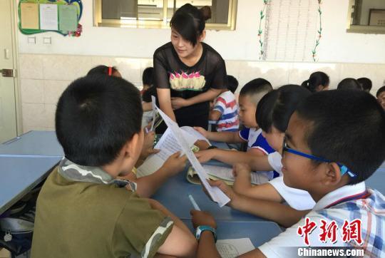 图为老师和同学们交流高考作文。 刘玉桃 摄